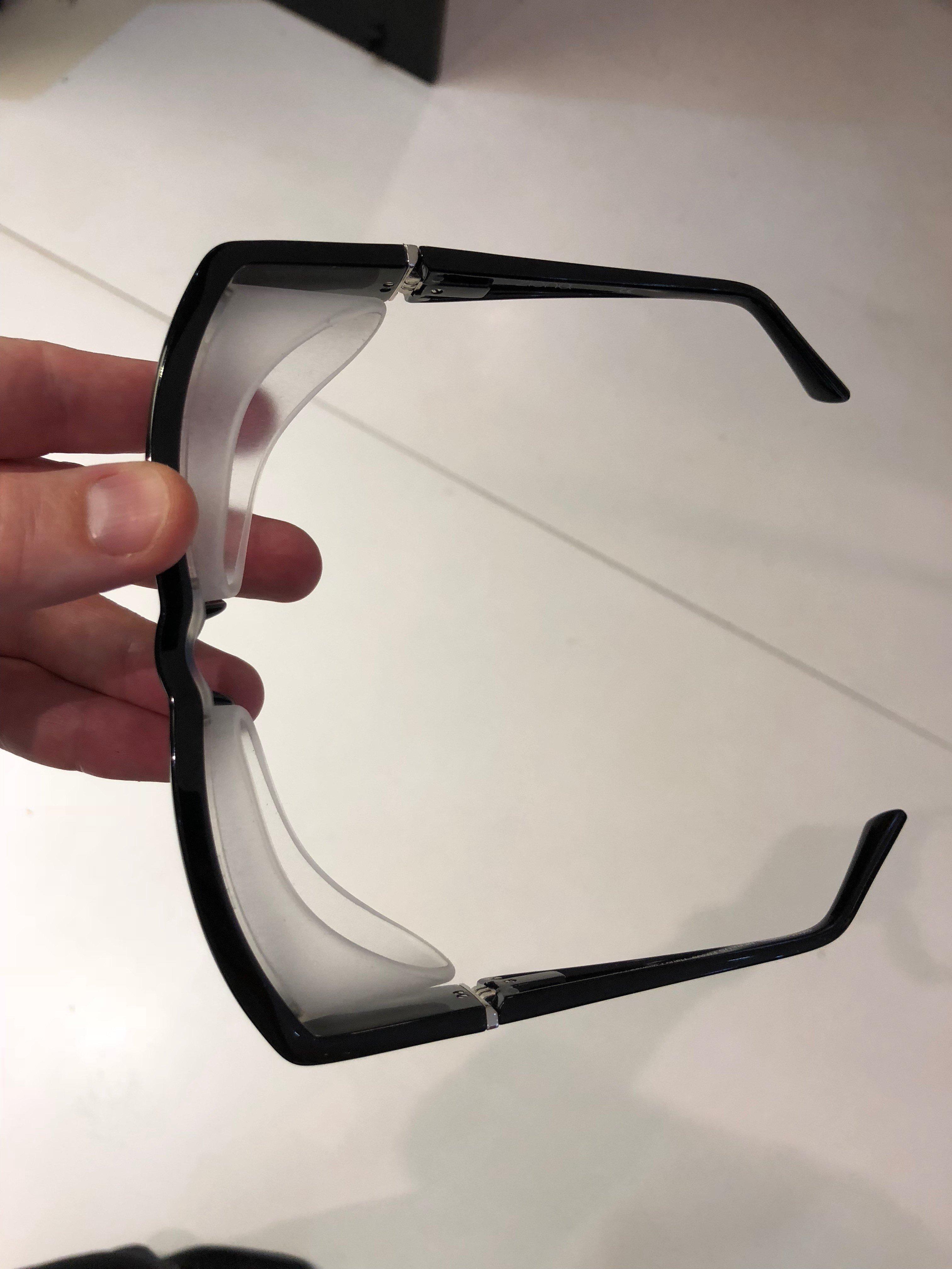 Óculos com proteção lateral - Auxiliam a evitar o ressecamento dos olhos